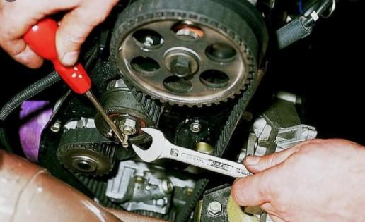 Установить ГРМ в двигателе