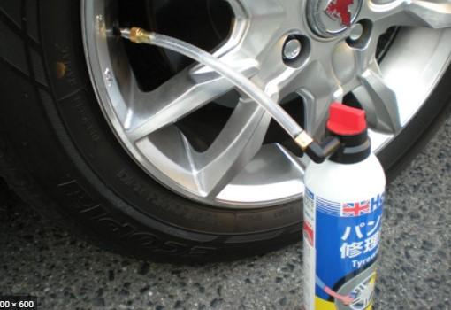 заклеить колесо с помощью аэрозольной пены