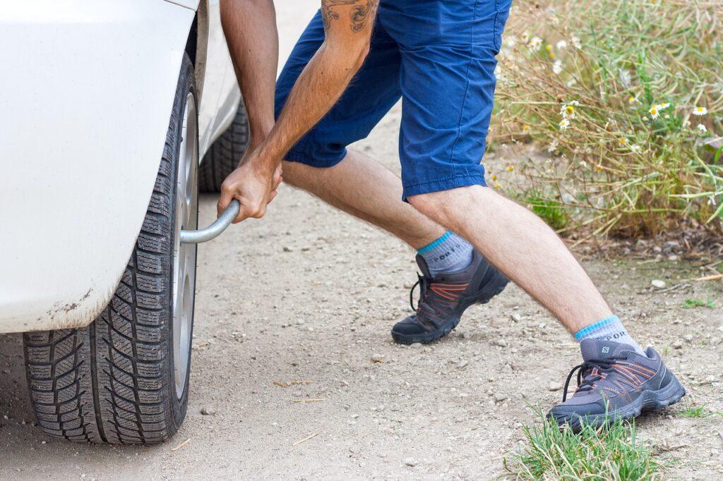 Самостоятельная замена колеса в дороге