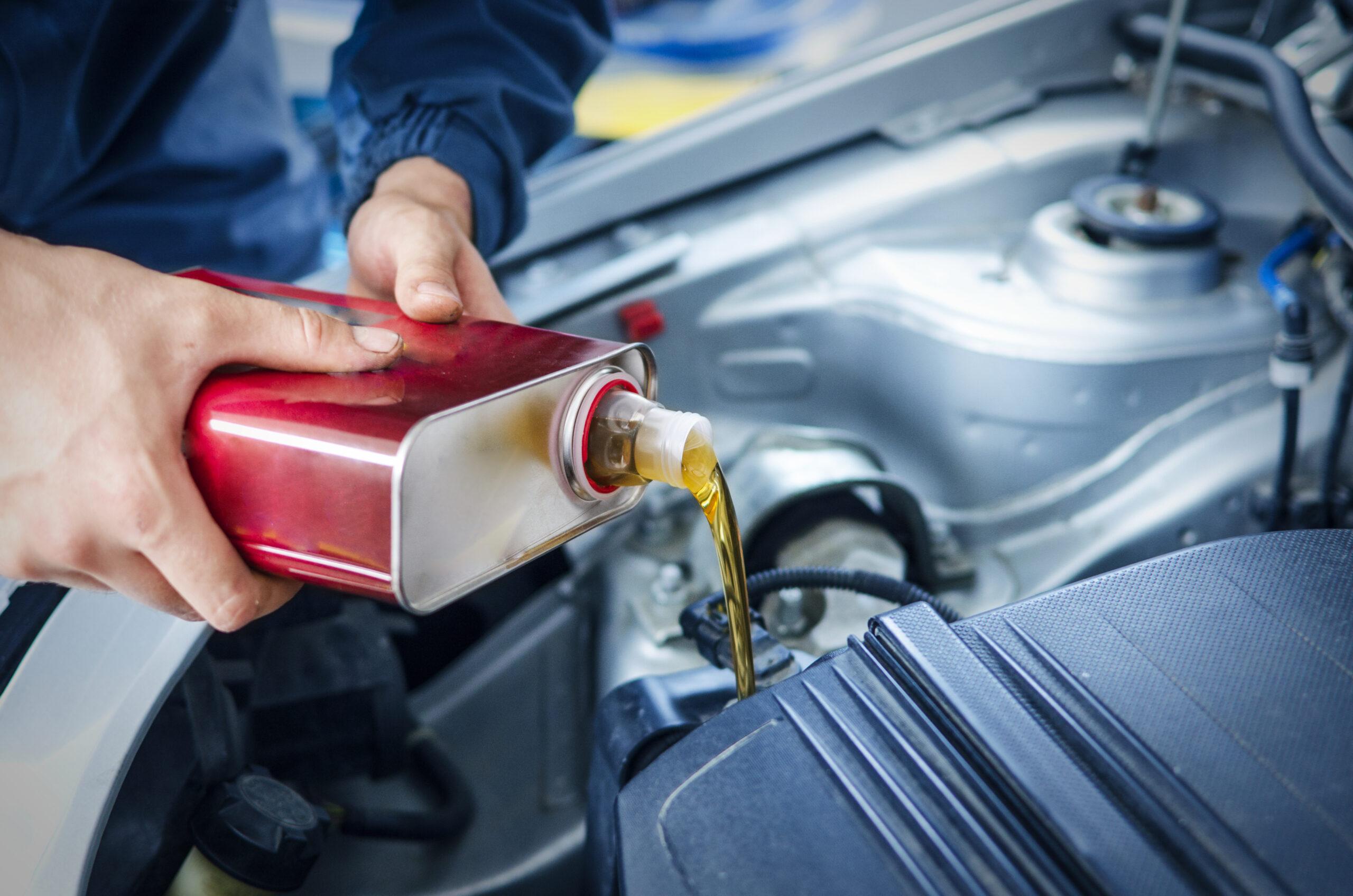 Как поменять моторное масло в автомобиле?