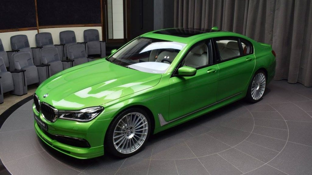 ярко зеленый автомобиль